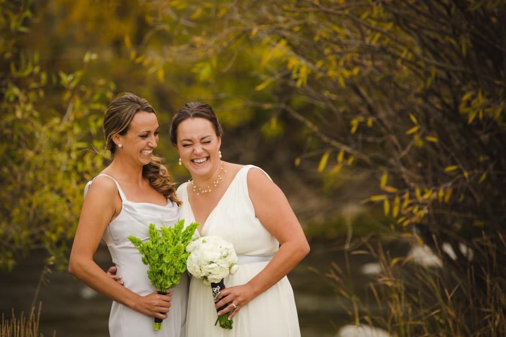colorado-wedding-photography, silverthorne-pavillion, silverthorne-wedding-photographs, fall-mountain-wedding, denver-wedding-photographer, laughing-bride, bride-and-sister, bridal-party-photos, colorful-aspen-trees